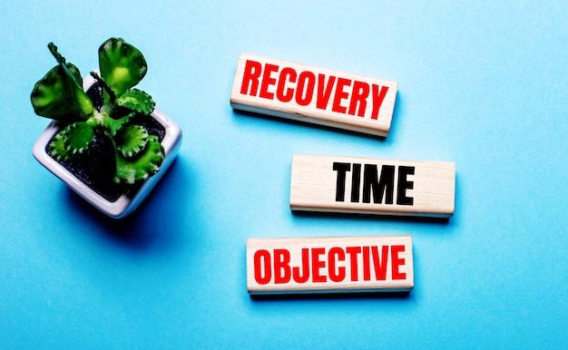 Rto acroniem recovery time management, woorden op gesneden papier hard licht