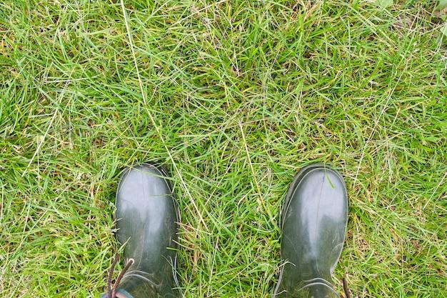 Rubberen laarzen op het gras