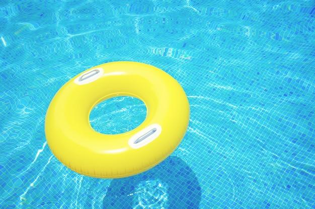 Rubberen ring drijvend in transparant blauw betegeld zwembad, retro getint