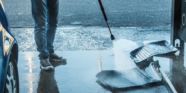 Rubberen tapijten wassen