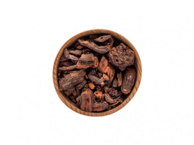 Rubia-wortel in houten kop op wit
