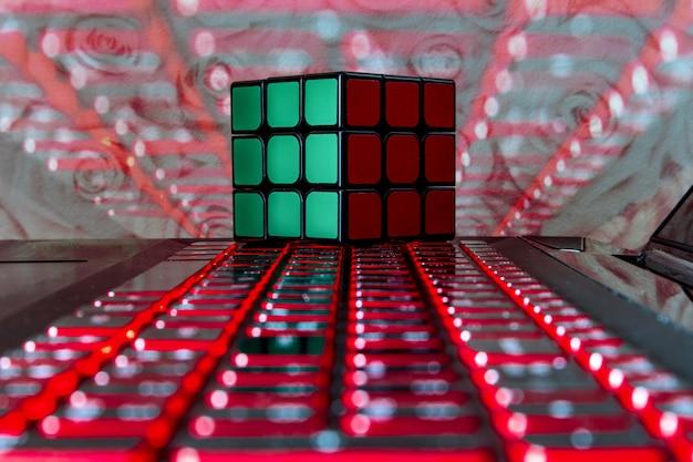 Rubik's kubus geïsoleerd op een licht laptop toetsenbord
