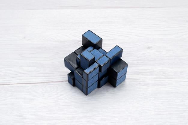 Rubisc kubus geïsoleerd donker gekleurd op licht