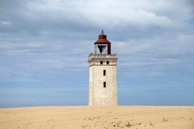 Rubjerg knude lighthouse onder een bewolkte hemel
