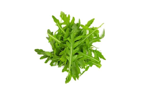 Rucola bladeren geïsoleerd op een witte achtergrond, bovenaanzicht. gezond veganistisch voedselconcept.