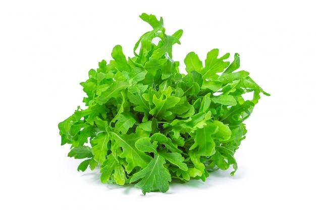 Rucola of rucola, heap, saladebladeren, geïsoleerd op een witte achtergrond