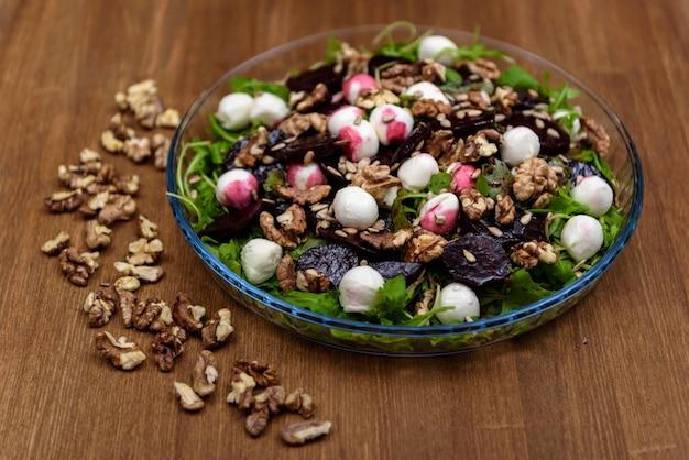 Rucolasalade met bietenkwarteleitjes en noten