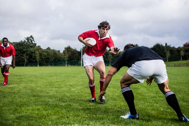 Rugbyspelers tackelen tijdens het spel