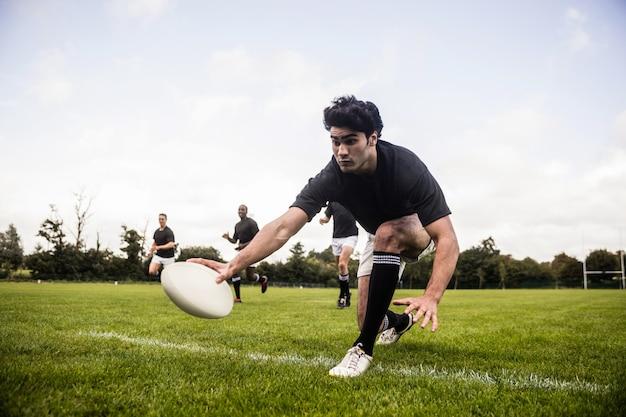 Rugbyspelers trainen op het veld