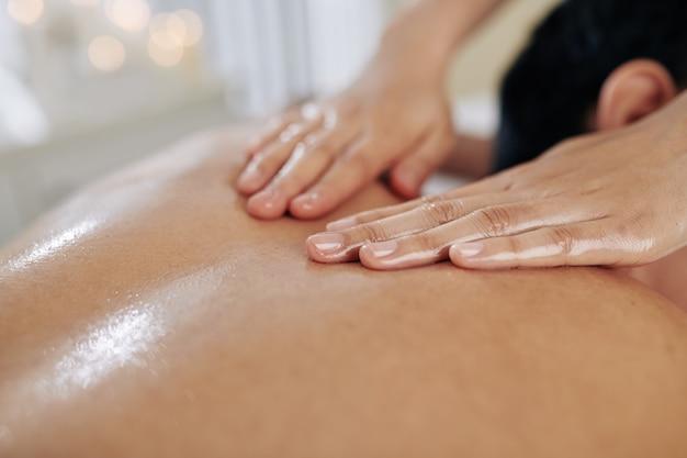 Rugmassage met biologische olie