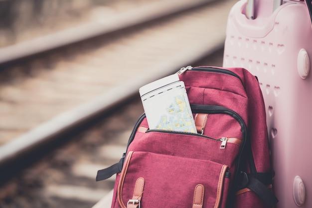 Rugzak bij treinstation. werk en reizen concept.