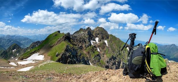 Rugzak met uitzicht op de bergen