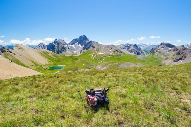Rugzak op bergtop, weids uitzicht op de alpen, zomeravontuur