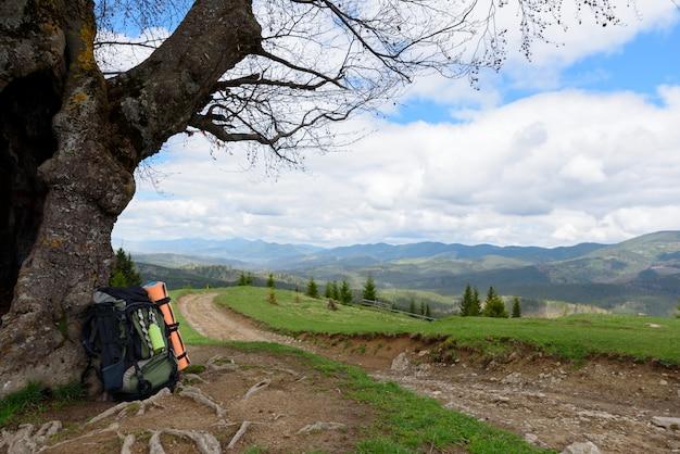 Rugzak toerist ligt op de grond rust op reis