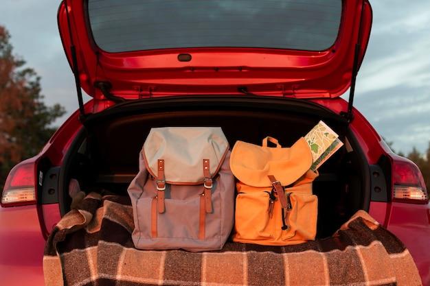 Rugzakken in de kofferbak van een auto