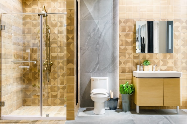 Ruim en licht modern badkamersbinnenland met witte muren