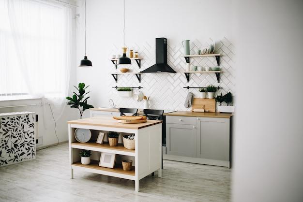 Ruime moderne scandinavische loftkeuken met witte tegels. lichte kamer. modern interieur.