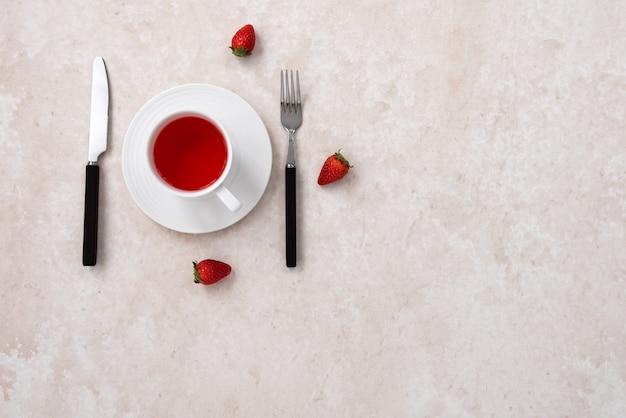 Ruimte aardbei vruchtenthee met vork en mes