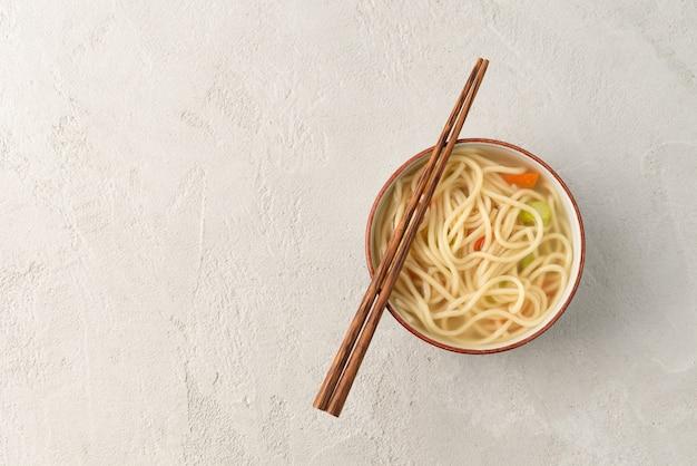 Ruimte chinese noodle of udon met groenten en chopstick