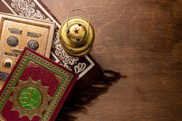 Ruimte kopiëren bovenaanzicht koran en kandelaar