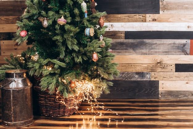 Ruimte kopiëren. heldere warme guirlandes onder de kerstboom