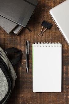 Ruimte kopiëren notebook omringd door schoolbenodigdheden