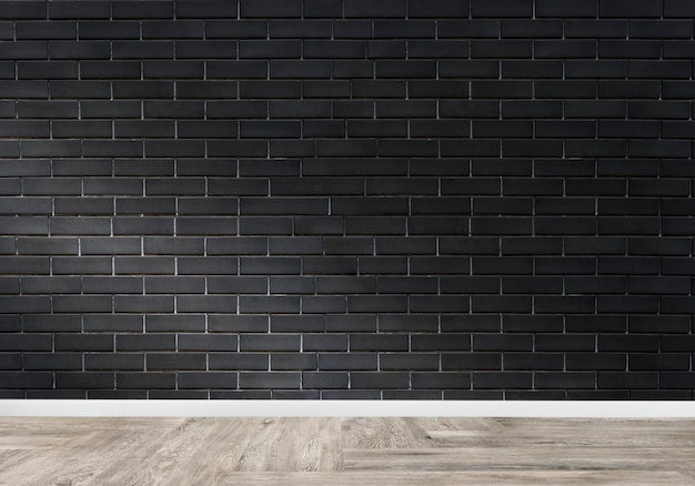 Ruimte met een zwarte bakstenen muur