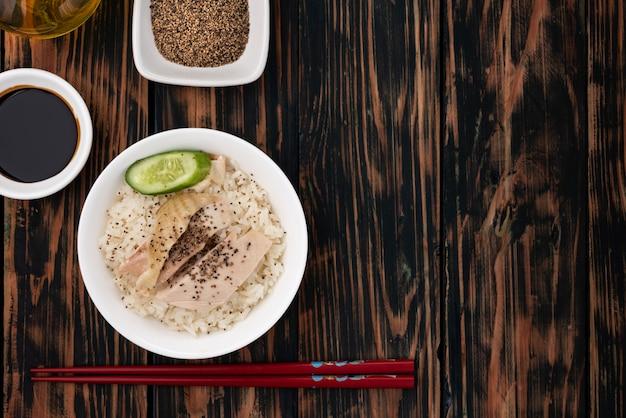 Ruimte rijst gestoomd met kip op houten tafel
