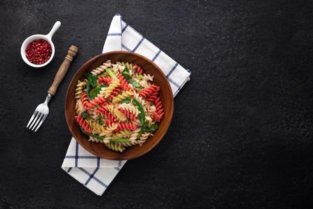 Ruimte vegan kleur pasta op houten plaat