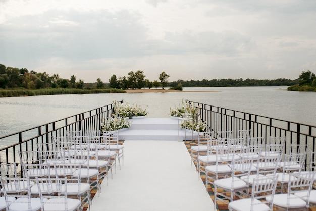 Ruimte voor de huwelijksceremonie, op een stenen pier bij het water