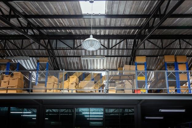 Ruimte voor voorraadbeheer op de industriële dienst van de verpakkingswinkel