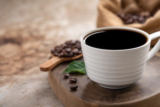 Ruimte zwarte koffie en boon op de achtergrond van het zakvoedsel