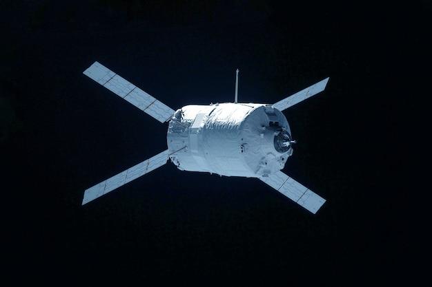 Ruimtesatelliet geïsoleerd op een zwarte achtergrond. elementen van deze afbeelding zijn geleverd door nasa. voor elk doel.
