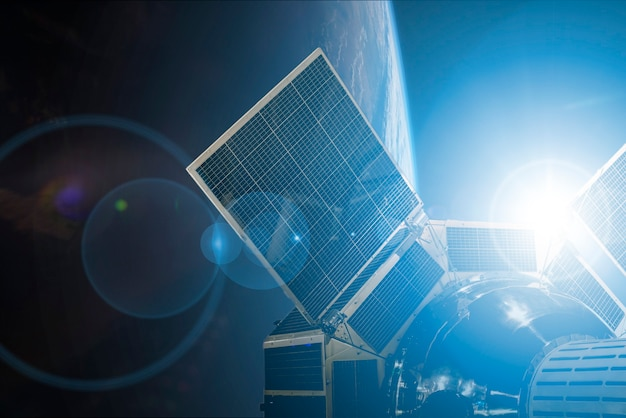 Ruimtesatelliet in de ruimte in een baan om de aarde. Premium Foto
