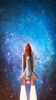 Ruimteschip in de verre ruimte sterrenhemel en blauwe galacticselementen van deze afbeelding geleverd door nasa