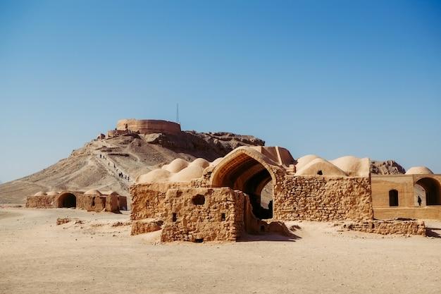 Ruïne en oude gebouwen in zoroastrian dakhma. perzische toren van stilte in yazd, iran.