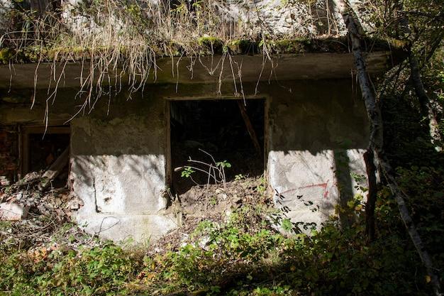 Ruïne verlaten op de dolomieten, een oud verlaten gebouw van buitenaf