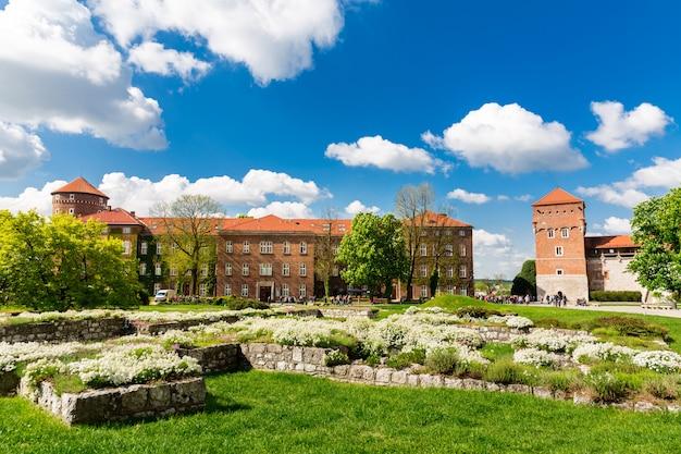 Ruïnes in de wawel-kasteeltoren, krakau, polen. europese stad met oude architectuurgebouwen, beroemde plek voor reizen en toerisme