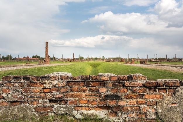 Ruïnes op het grondgebied van het duitse concentratiekamp auschwitz ii, polen.