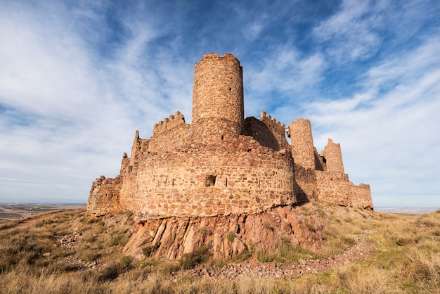 Ruïnes van almonacid-kasteel in toledo, spanje.