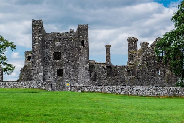 Ruïnes van de abdij van de e eeuw in de provincie meath, ierland met een groot groen veld vooraan