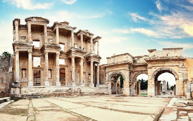 Ruïnes van de bibliotheek van celsus in efeze in de middag. kalkoen