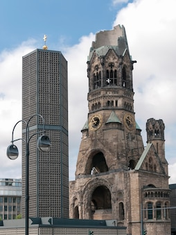Ruïnes van de kaiser-wilhelm-gedächtniskirche in berlijn, verwoest door bombardementen in de tweede wereldoorlog en bewaard als gedenkteken