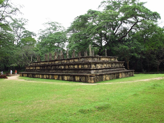 Ruïnes van de kamer van de koningsraad in polonnaruwa-park, sri lanka