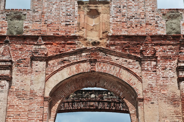 Ruïnes van de kerk in casco viejo, panama-stad, midden-amerika