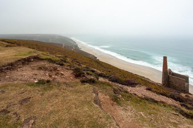Ruïnes van de tinmijnen van wheal coates en de kustlijn bij het dorp sainte agnes, cornwall