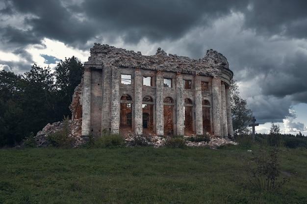 Ruïnes van de trinity church op het landgoed van de vijfde berg in het volosovsky-district van de regio leningrad in rusland