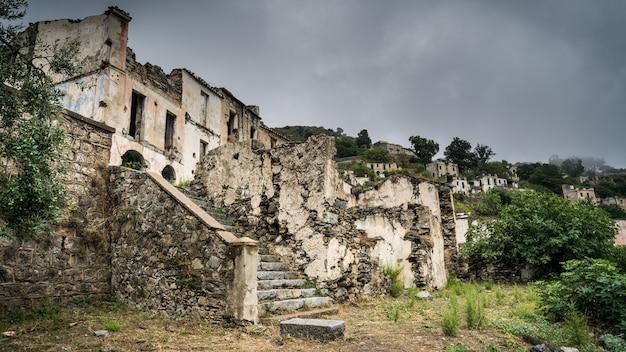 Ruïnes van de verlaten spookstad gairo vecchio, sardinië, italië