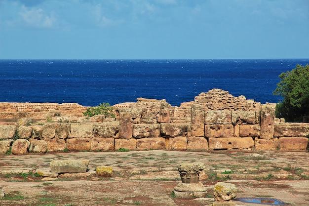Ruïnes van een fort in een verlaten stad in de woestijn van de sahara