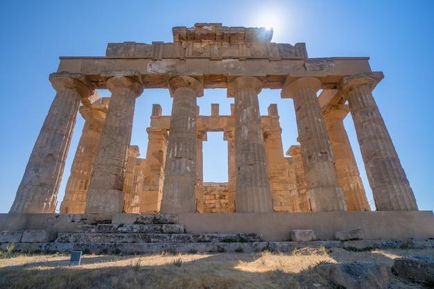 Ruïnes van een griekse tempel in het archeologische park van selinunte op sicilië in italië.